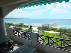オーシャンビューが綺麗なテラス♪美味しい料理とお酒で会話が弾みます!!観光の方に沖縄の美しい海を見ながらの食事は観光の方にもおすすめです!!