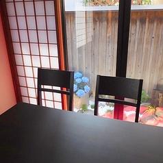 奥の個室8~10名テーブル席。個室全体で32席。