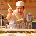 【「揚げたてアツアツを食べてや~!】天ぷらは鮮度が大事。サクサクの天ぷらでも時間が経つとしっとりとした食感になります。当店では盛り合わせのご注文でも、一品ずつ揚げたてをご提供しています。陽気な料理長とカウンターで会話を弾ませながら、一品ずつ食べる天ぷらはなんとも美味♪