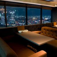 窓際のふかふかソファ席はゆったりまったり宴会できます