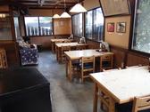 家族、友人、仕事仲間と、どんな場面でもご利用しやすい、四人掛けのテーブル席となっております。