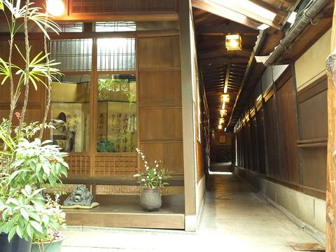 名物の和紙鍋料理を、歴史豊かなお部屋でご堪能下さい。