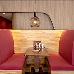 木目と優しいレッドの色合いを基調としたボックス席。ボックス席は、大きなソファがありますのでお子様連れでお食事をされる際や、女子会やデートなどプライべート感を大切にしたい際に最適です♪