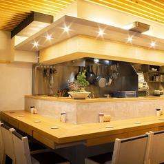 オープンキッチンを望むカウンター席