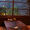 2Fの座敷。窓の外には青々とした竹が。