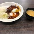 料理メニュー写真デミグラスソースハンバーグ目玉焼きライス