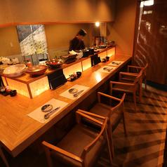 カウンター席では和食料理人の手捌きも見れ、一人でも気軽に寛げます。デートにも最適。