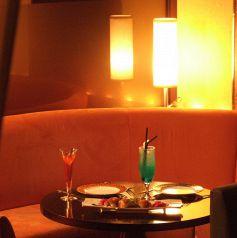 ラウンジのカップルシートも妖艶な雰囲気