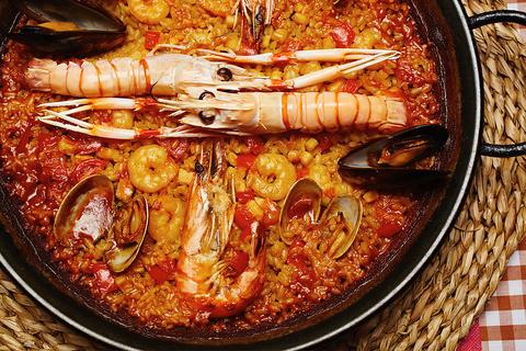 スペイン各地の郷土料理、お米料理をどうぞ(写真:魚介のパエリア)