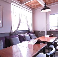 2階席は半個室となっており、4名様から最大30名程までの小規模での貸切りパーティーにも最適です!貸切りの際は消灯でのサプライズやお誕生日の飾り付け、仕事での会議場所としてなど自由な使い方も自由にお使いいただけますのでお気軽にご連絡くださいませ。