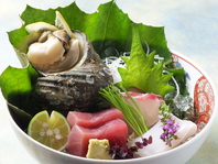 瀬戸内の魚介を中心とした魚貝を見目も華やかに盛付ける