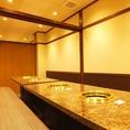 2階テーブル個室は一列配置の途中に入口があるので席替えやお酌もスムーズ。