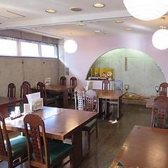 1階には、4名テーブルが6卓並んでいます。可動式ですので人数は調整出来ます。テーブルを繋ぎ合わせ、ホールでのご宴会も可能です。