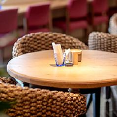 コーヒー片手にひとりで本を読んだりしながらゆったり過ごしたり、ご友人とおしゃべりを楽しんだりと使い勝手◎なテーブル席。ハワイのリゾート風のおしゃれな空間と、スイーツで思わず会話が弾んじゃう★