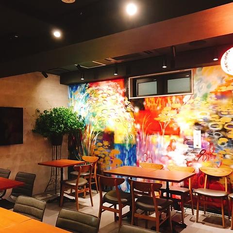 NYダイニング風のおしゃれな店内!お店の顔は日本の四季をイメージした壁画。豊かな自然が育んだ四季折々の食材が奏でる本格日本料理をご堪能ください。