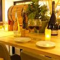 デートにも◎仲良く並んでゆっくりおしゃべり。ワイン片手に素敵なひとときを。