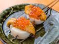 料理メニュー写真炙りホタテの貝柱 ウニいくらのせ