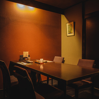 接待や少人数宴会にも使われる個室も人気です。