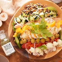 人気の定番サラダ!照り焼きチキンとアボカドのCOBBサラダ