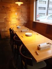 4名様用テーブルを4席ご用意。テーブルを組み合わせて最大16名までご利用可能です。