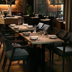 シックで落ち着いた雰囲気のテーブル席