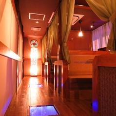2階は6名テーブル席×3卓ご用意♪15名様などの大人数の場合、背中合わせのテーブル席を一つの空間を貸切でお過ごし頂けます。