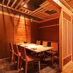 【ゆったり個室にリニューアルオープン!】気軽にご利用いただけるイス個室は、4~6名様まで可能。ゆったりとした個室空間で、お客様同士の距離を保ちつつ、お料理をお愉しみ下さい。写真は6名様用個室です。(※細かくは、5席×1室、4席×1室となっております)