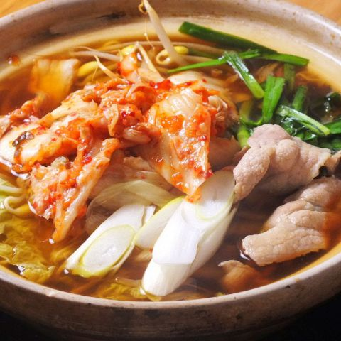 冬は何と言っても鍋料理!!もつ鍋、アワビ、水餃子、キムチ、ワンタン等々多数ご用意しております!!