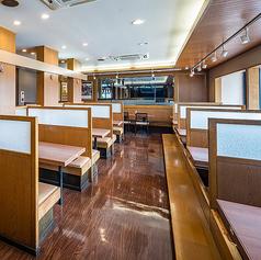 総席数56席ございます。和室宴会場は48名まで収容可能です。温かみのある雰囲気溢れる店内ではご家族様連れや大人数でのお食事もお任せください。ゆったりと寛ぎながらお食事が可能なソファーテーブル席がございます。