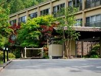 木々に囲まれた旅館