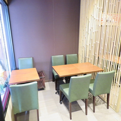 店内には2名様用のテーブル席が全部で 11卓あります。テーブルの組み合わせは自由なので、少人数様からグループでのご利用にも対応可能です。