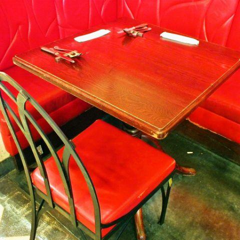 赤いソファが印象的な人気のお席♪