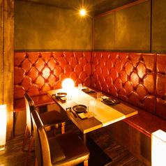 【2名~20名様に対応可能】皆様が横並び可能な片側ソファーのお席です、居酒屋雰囲気を味わいながらお食事、お飲物を舌鼓、当店のスタンダードなお席となっております。