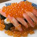 料理メニュー写真てんこ盛りカニ・イクラ寿司