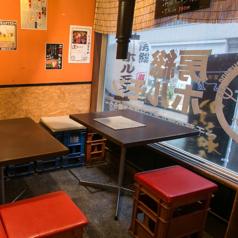 【2名様掛けテーブル】カップルや女性同士など、2名テーブルは渋谷の街並みを眺めながらお食事をお楽しみいただけます。