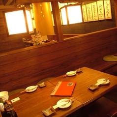 木の温もり溢れる広々空間★人気のテーブル席でお料理とお酒をお楽しみください!