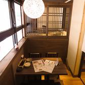 あたたかな灯りのテーブル席。落ち着いた店内でゆったりお過ごしいただけます。