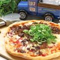 料理メニュー写真牛スジと九条ネギのピザ