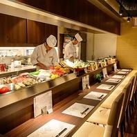 カウンターには旬の食材とおばんざいを並べてます。