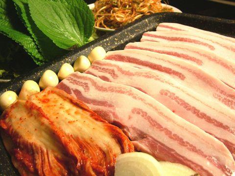 韓国焼肉の定番、豚バラ肉『サムギョプサル』!本場韓国のスタッフがご提供♪