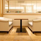 開放感のある明るい店内とふかふかの真っ白なソファーはどんなシーンでも大人気!!いつもよりちょっとだけくつろぎながら優雅にアフタヌーンティ女子会を愉しむのはいかがでしょうか?