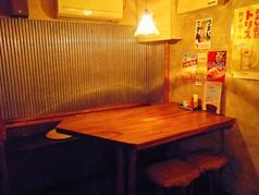 角のテーブル席。周りを気にせず楽しめます。