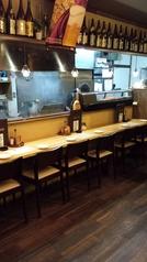 オープンキッチンのカウンターで、料理風景が見られます。