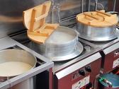 九州地方で使われる『おくど』です。この巨大な釜で丁寧に丁寧に仕込んだスープは、素材の旨みを存分に活かしなおかつとても優しい味わいです。