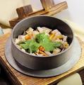 料理メニュー写真親子そぼろ釜飯・鶏の五目釜飯