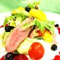 料理メニュー写真鴨ロースのサラダ ベリーのドレッシング