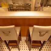 お一人様でのご利用やサクッと済ませたい軽食時などにはこちらのカウンターがおすすめ。お荷物は椅子の下のスペースに収納できるので、お買い物後のひと休みにも便利です★