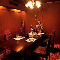 予約必至!優雅なプライベート空間です。最大10名様まで可能なアンティークのテーブルと椅子、赤い絨毯が印象的なVIP個室になります。