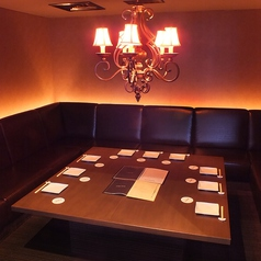 最大12名までOKの半個室♪シャンデリアがある優雅なテーブルです。ソファですのでゆったりくつろげます。
