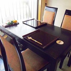 ゆったり出来る広々テーブル席。